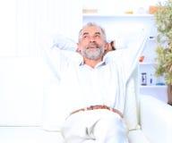 Un homme d'affaires situé sur un sofa Image stock
