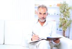 Un homme d'affaires situé sur un sofa Images stock