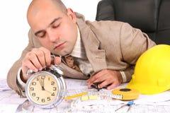 Un homme d'affaires somnolent avec des plans architecturaux Image libre de droits