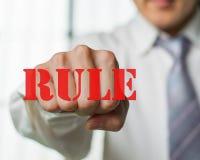 Un homme d'affaires veulent casser la règle pour l'occasion de n ew Photographie stock libre de droits