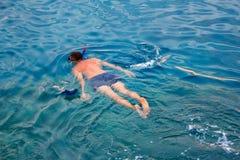 Un homme dans un costume de plongée nage en mer, vue supérieure Activités sur l'eau photo stock