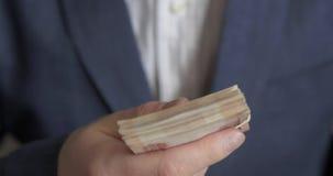 Un homme dans un costume offre l'argent banque de vidéos