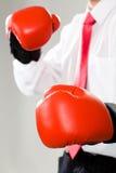 Un homme dans des gants de boxe Photographie stock libre de droits