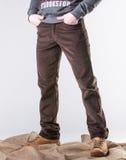 Un homme dans des pantalons de velours côtelé Photographie stock libre de droits