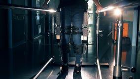 Un homme dans l'équipement orthopédique, fin
