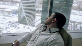 Un homme dans le bureau dans une mauvaise humeur clips vidéos