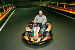 Un homme dans le kart sur la karting-voie photos libres de droits