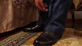 Un homme dans les chaussettes et le pantalon blancs dans des chaussures noires de chaussures d'une cage L'homme d'affaires obtien clips vidéos