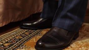 Un homme dans les chaussettes et le pantalon blancs dans des chaussures noires de chaussures d'une cage L'homme d'affaires obtien banque de vidéos