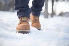 Un homme dans les chaussures et des blues-jean brun clair photos libres de droits