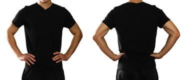 Un homme dans un T-shirt noir propre vide sur le backgrou gris image stock