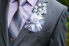 Un homme dans un costume avec un arc goupillé au mariage de coffre photo libre de droits