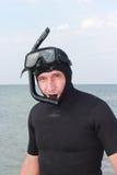 Un homme dans un costume et un masque de plongée sous-marins Images stock