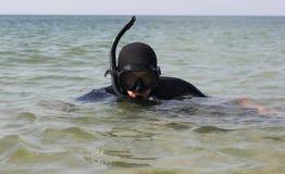 Un homme dans un costume et un masque de plongée sous-marins Photos stock