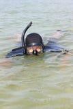 Un homme dans un costume et un masque de plongée sous-marins Photographie stock