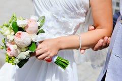Un homme dans un costume gris avec un bouquet de mariage Images libres de droits