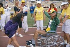 Un homme dans un fauteuil roulant concurrence Images stock