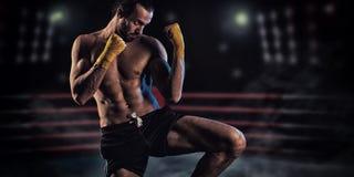 Un homme dans un support de boxe Image libre de droits
