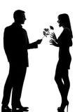 Un homme de couples offrant la fleur et la femme roses Images stock