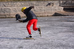 Un homme de patinage Photographie stock