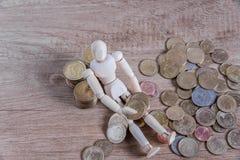 Un homme de poupée avec son argent d'économie Photographie stock
