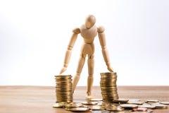 Un homme de poupée avec son argent d'économie Image libre de droits