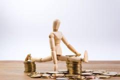 Un homme de poupée avec son argent d'économie Photographie stock libre de droits