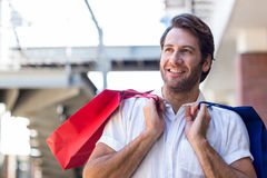 Un homme de sourire heureux avec des paniers Photos stock