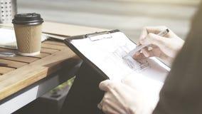 Un homme dessine un croquis au café dehors images libres de droits
