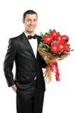 Un homme donnant le grand bouquet des gerberas Photo stock