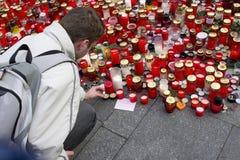 Un homme donnant un hommage à Vaclav Havel Photographie stock libre de droits