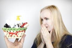Un homme donne à une belle fille un cadeau - un panier avec des cosmétiques et les produits d'hygiène Surprise agréable pour l'an images stock