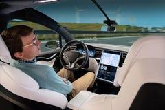 Un homme dort tandis que sa voiture est conduite par un pilote automatique Photos libres de droits