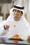 Un homme du Moyen-Orient appréciant un repas images libres de droits