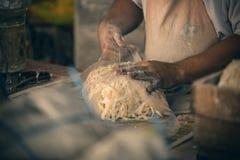 Un homme emballe les nouilles faites main sur le marché local dans Chinatown, Kuala Lumpur Nourriture de rue en Kuala Lumpur, Mal Image libre de droits