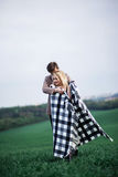 Un homme embrasse une femme Images libres de droits