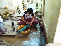 Un homme en Birmanie avec les souvenirs faits main images stock