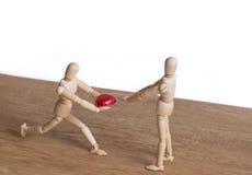 Un homme en bois de poupée dans une exposition de thème de valentine son amour à ses couples Photo stock