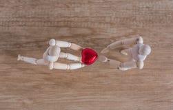 Un homme en bois de poupée dans une exposition de thème de valentine son amour à ses couples Image stock