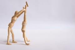Un homme en bois de poupée s'exerce avec son ami Images libres de droits