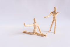Un homme en bois de poupée s'exerce avec son ami Image stock