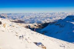 Un homme en hiver de jour de montagne photographie stock libre de droits