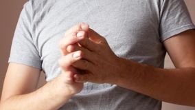 Un homme enduit une main en difficulté de la crème Psoriasis et maladie de la peau banque de vidéos