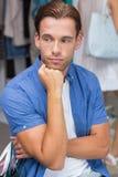 Un homme ennuyé avec sa main sous son menton photo stock