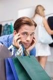 Un homme ennuyé avec ses mains sous son menton Photographie stock libre de droits