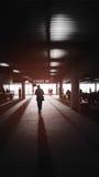 Un homme entrant dans la lumière, la lumière et l'ombre, bords foncés, lumière de concept de la vie, manière de succès des textes Photos libres de droits