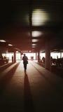 Un homme entrant dans la lumière, la lumière et l'ombre, bords foncés, lumière de concept de la vie, manière de succès des textes Photographie stock