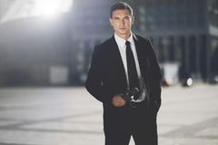 Un homme est un journaliste dans un costume noir Images libres de droits
