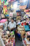 Un homme est vente colorée handcraft fait par le jute photo stock