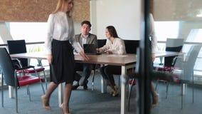Un homme et deux filles travaillant dans le bureau clips vidéos